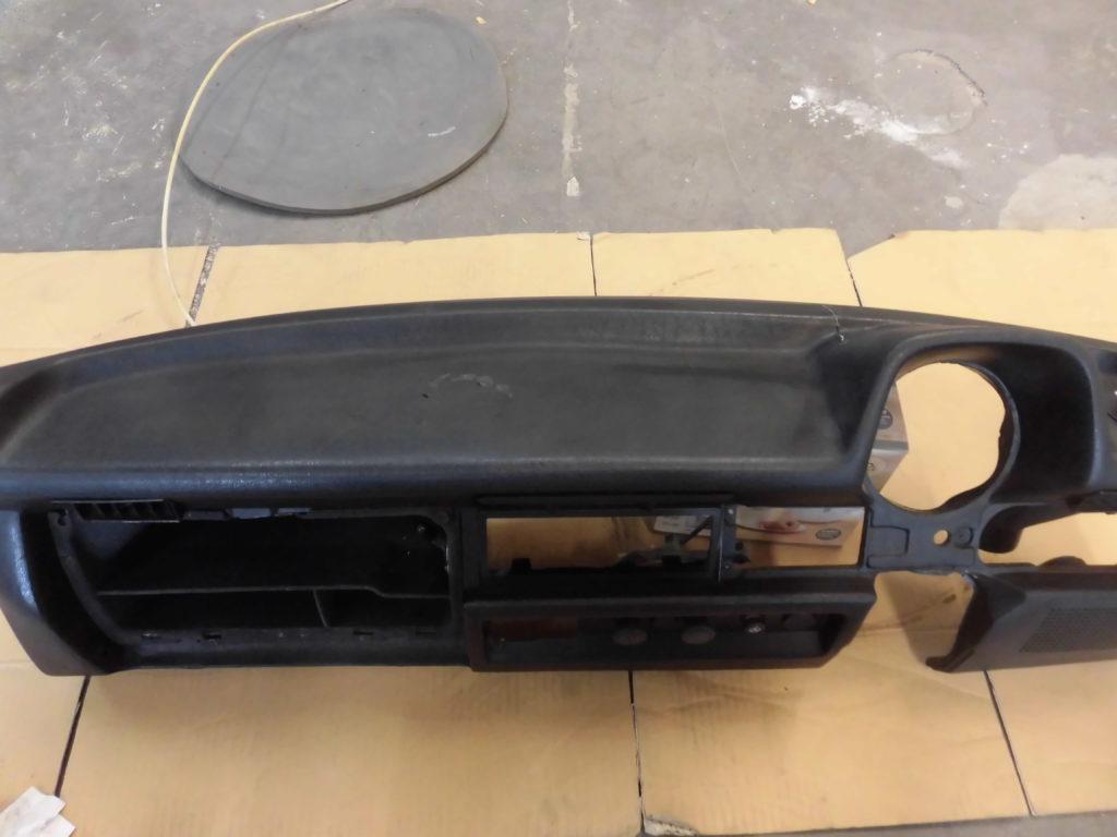 青梅市 ダッシュボードひび割れビス穴修理